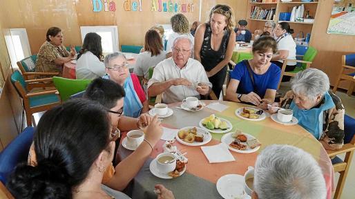 La asociación Ecofeixes llevó productos ecológicos para celebrar un almuerzo con los enfermos.