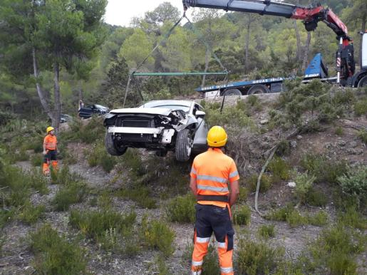 El todoterreno quedó frenado por un árbol tras recorrer unos 75 metros fuera de control.