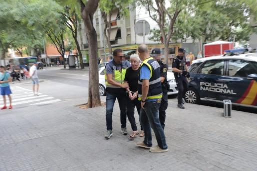 Agentes del Grupo de Homicidios de la Policía Nacional han acompañado al presunto homicida durante la reconstrucción del crimen de Son Gotleu.