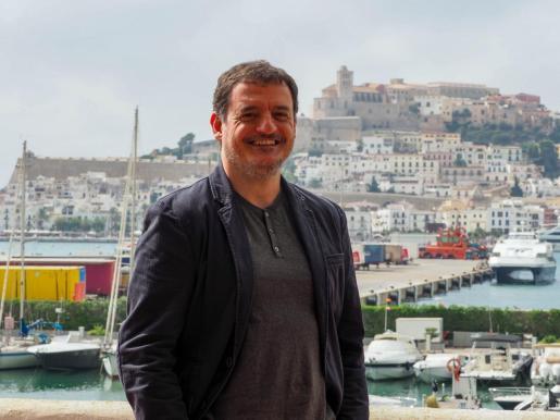 Enrique Sánchez frente al puerto de Vila desde la terraza de las oficinas de la Dirección Insular de Ibiza y Formentera.