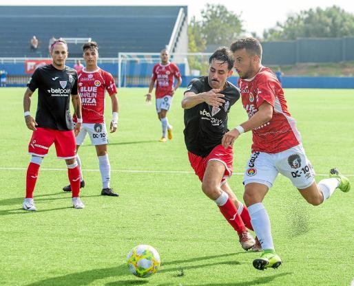 Nofre conduce el balón en una acción de ataque del CD Ibiza durante el encuentro de ayer contra el Santanyí.