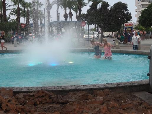 Dos turistas se bañan en la fuente del Passeig de ses Font