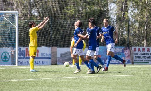 Varios jugadores del San Rafael celebran uno de los goles conseguidos ayer contra el Alcúdia.