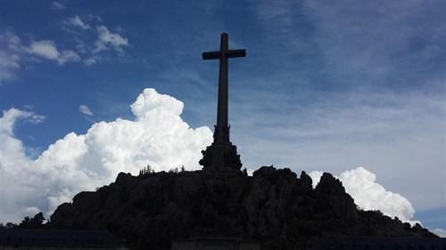El Supremo podría zanjar hoy si Franco sale del Valle y fijar el lugar de su reinhumación.