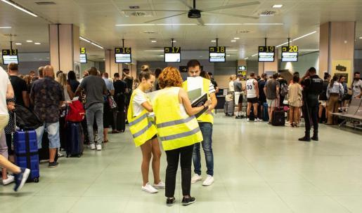 El consulado británico desplazó personal al aeropuerto para gestionar los viajes y atender la petición de información de los viajeros.