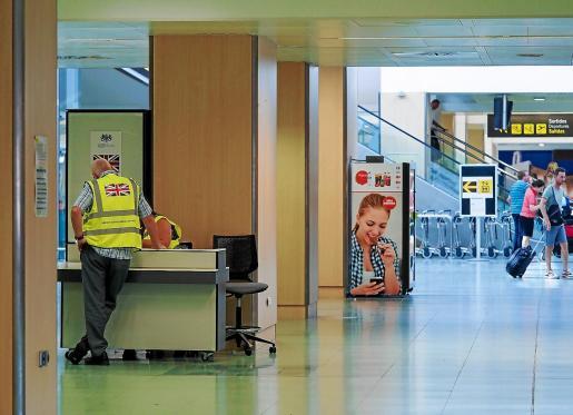 En la imagen, informadores del consulado británico ayer, en el aeropuerto de Ibiza en una jornada que se caracterizó por la tranquilidad.
