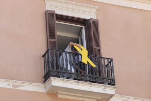 Momento en el que se retira el lazo amarillo.