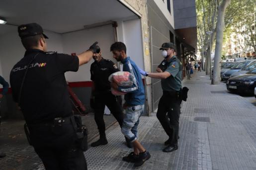 Los inmigrantes detenidos, llegando a la Jefatura de la Policía Nacional de Palma.