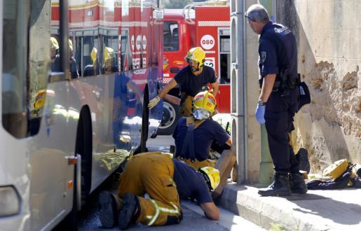 Los servicios de emergencias, trabajando en el lugar del accidente.