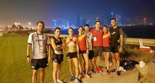 Marc Tur, primero por la derecha, posa con algunos de los miembros del equipo español de marcha con Doha al fondo.