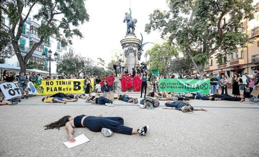 Al llegar a Vara de Rey, los jóvenes hicieron una performance para simular que la tierra se muere.