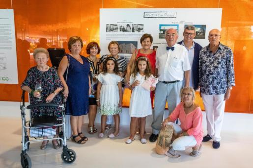 Foto de todos los descendientes de Francisco Pascual, impulsor de la tienda hace 100 años.