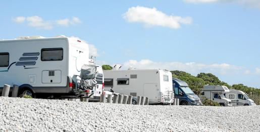 La playa de es Codolar se ha convertido este verano en uno de los puntos donde se concentran más caravanas en la isla.