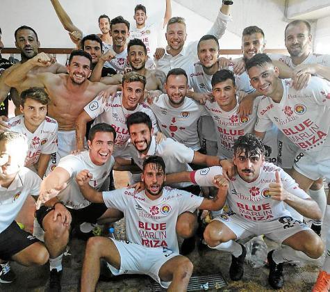Los jugadores del CD Ibiza celebran el triunfo en el vestuario.