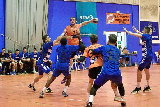 Lluis Montserrat se eleva ante dos defensores para lanzar.
