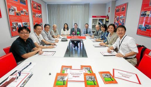 Cinco empresarios y un periodista japoneses estuvieron la semana pasada recorriendo las Pitiüses en busca de productos alimentarios para importar a su país.