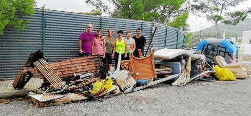 Los vecinos voluntarios estuvieron toda la mañana limpiando la playa y sus alrededores, dado que no obtuvieron respuesta de las instituciones.