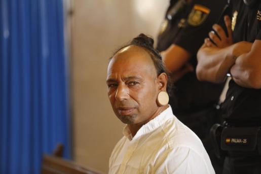 El acusado de matar a un okupa en Ibiza, en el banquillo, en Palma.