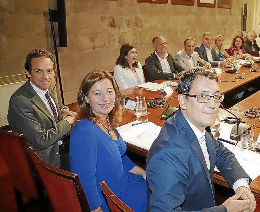 Pons, Armengol y Negueruela, junto a los representantes de los agentes económicos y sociales de Balears, ayer, en el Consolat de Mar.