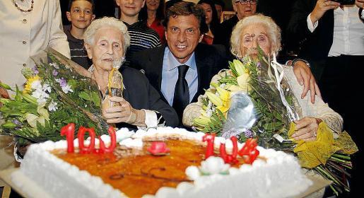 El alcalde, entre Emilia Pavía y Manuela Fernández, a quienes obsequió con un ramo de flores.