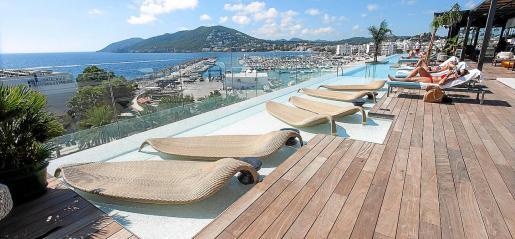 Aguas de Ibiza Gran Luxe está pensado para el disfrute de los sentidos. Cuenta con 1.500 metros de spa, tres piscinas, dos restaurantes y una gran sala para eventos.