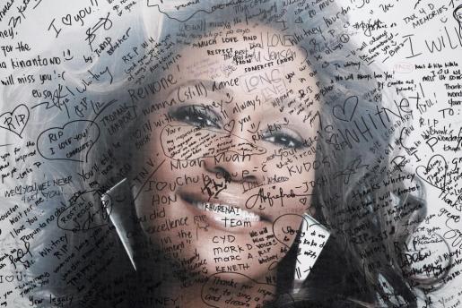 Fotografía de archivo del 17 de febrero de 2012 de mensajes escritos sobre un retrato de la cantante estadounidense Whitney Houston en un centro comercial de Manila, Filipinas.