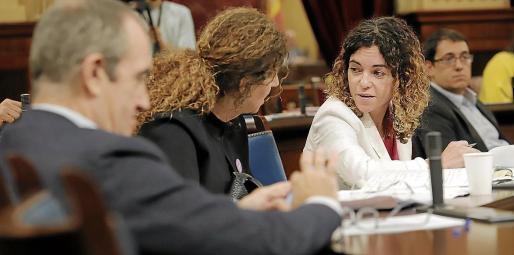 La consellera d'Hisenda, Rosario Sánchez, con la consellera de Presidència, Pilar Costa.