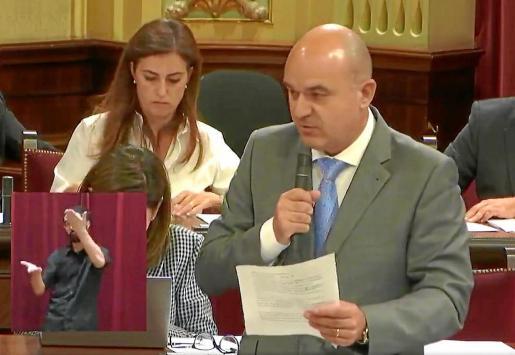 Vicent Marí preguntó ayer en el pleno del Parlament al conseller Marc Pons por las cédulas de habitabilidad.