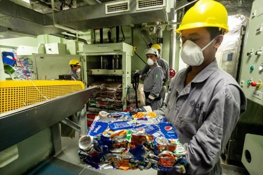 Interior del buque 'Fantasía' de la naviera MSC Cruceros, donde se realiza el reciclaje de papel y aluminio.