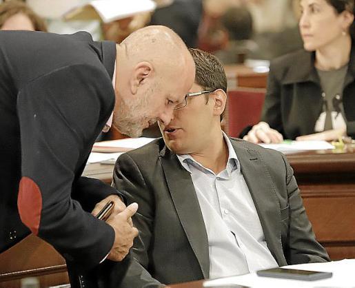 Iago Negueruela y Miquel Ensenyat, ayer, en el Parlament.