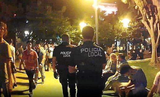 Dos agentes patrullan una de la zonas de ocio de Sant Josep.