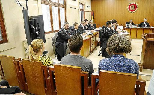 Parte de los acusados ante el tribunal.
