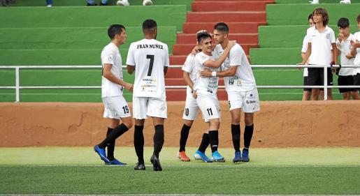 Los jugadores de la Peña Deportiva celebran el definitivo tanto de Marc Fraile.