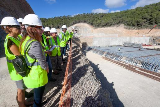 Una delegación de responsables de Medi Ambient del Consell de Ibiza y de los ayuntamientos visitaron ayer las obras.