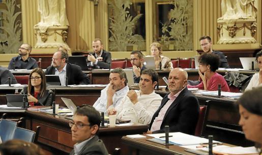 Tres diputados de Més per Mallorca (Joan Mas, Josep Ferrá y Miquel Ensenyat) en el Parlament durante el pleno del martes.
