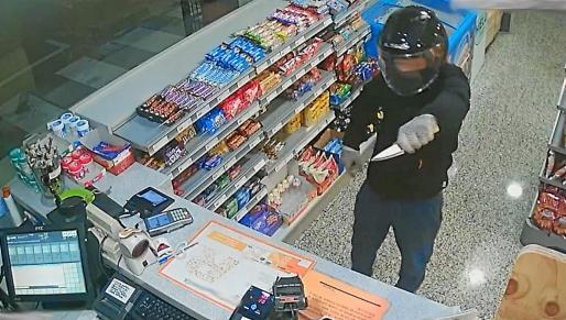 Las cámaras de seguridad de la estación de servicios captaron el momento en el que el delincuente amenazaba a la trabajadora con un cuchillo.