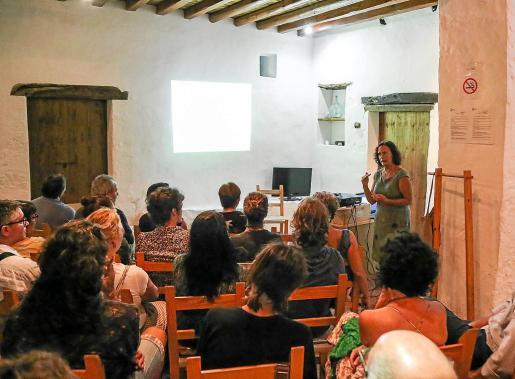 Lola Raigón, ayer, durante su intervención en la primera feria de agricultura ecológica.