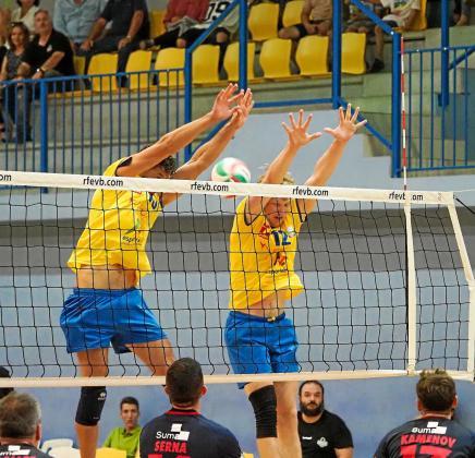 Nassini y Ewert saltan al bloqueo, durante el partido que enfrentó al Ushuaïa con el Almoradí.