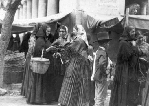 A la salida de misa, en Vila, en el año 1928.