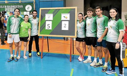 Los integrantes del CB Pitiús posan juntos junto al marcador del partido de ayer.