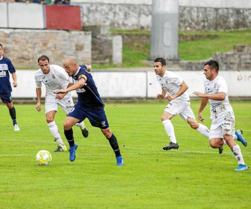 El goleador Luis Morán es perseguido por Marc de Val, Pepe Bernal y Marc Fraile.