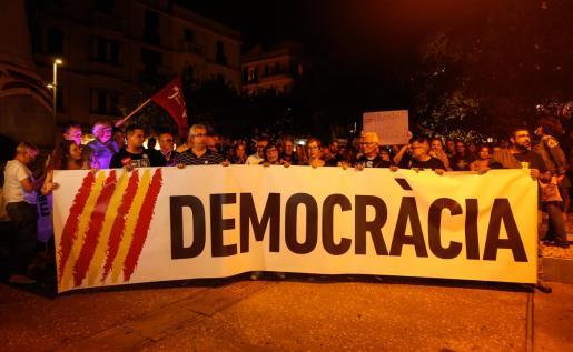 Tras una gran pancarta en la que se leía «Democracia», los ciudadanos disconformes con la sentencia del Supremo protestaron de forma pacífica en Ibiza.