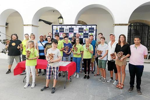 Foto de familia con los ajedrecistas premiados.