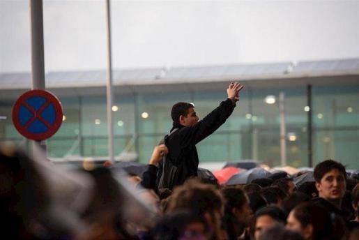 Un manifestante en el Aeropuerto de Barcelona-El Prat, donde se ha producido una protesta por la sentencia del Tribunal Supremo sobre el juicio del 'procés', en Barcelona (España), a 14 de octubre de 2019.
