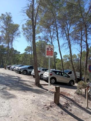 Una de las señales instaladas que indican la prohibición de acampar o pernoctar.