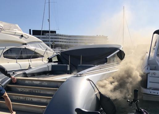 Un momento del incendio del yate en Marina Botafoch.