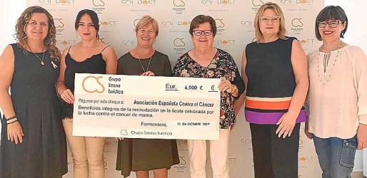 La presidenta de la AECC Formentera, Pepita Gabaldar, y la vicepresidenta Irene Pérez recibieron el cheque con la recaudación de manos de Antonia, Antonia, Lina y Elizabeth Ferrer.