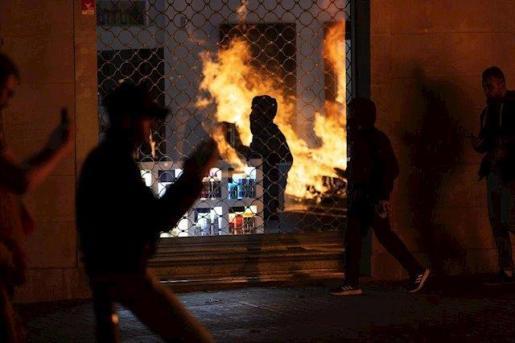 Disturbios en Barcelona durante la tercera noche de protestas contra la sentencia del proceso independentista.