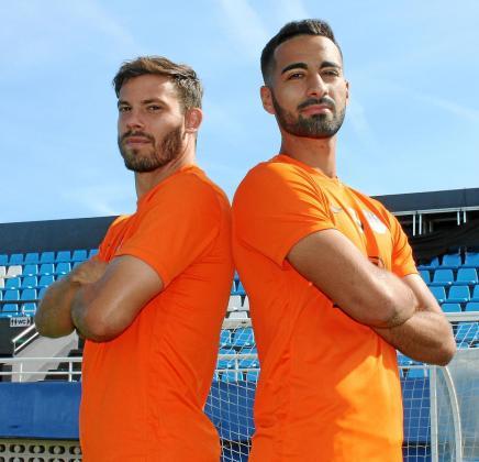 Kike López y Rubén González posan juntos al término del entrenamiento de ayer de la UD Ibiza en el estadio de Can Misses.