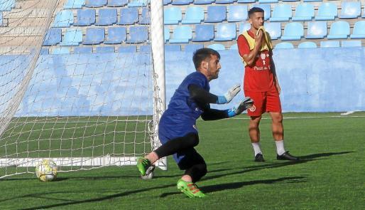 Marcos Contreras salta para intentar atajar un balón durante un entrenamiento del CD Ibiza.